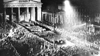 Stundenlang marschierten SA-Einheiten am 30. Januar 1933 durch Berlin, hier das Brandenburger Tor, um mit ihren Fackelzuegen die Machteruebernahme Adolf Hitlers zu feiern und den Beginn des Dritten Reichs zu signalisieren. (AP-Photo/) ** FILE** NS troops with torches marching in Berlin to celebrate Hitler taking over the power on Jan. 30, 1993.In background the Brandenburg Gate. (AP Photo/fls/