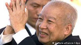 Der kambodschanische König Norodom Sihanouk grüßt am 29.1.2002 nach seiner Ankunft auf dem Flughafen von Pnom Penh die Menschenmenge (Archivfoto). Sihanouk hat seinen Rückzug vom Thron angekündigt. In einem Brief des Königs, der am Donnerstag (07.10.2004) in der Nationalversammlung in Phnom Penh verlesen wurde, forderte der Monarch die Einberufung des Thronrates, um einen Nachfolger zu bestimmen. Der König hatte sich in den vergangenen Monaten zur medizinischen Behandlung in Peking aufgehalten. Die Rückkehr des 81-Jährigen nach Kambodscha war ursprünglich für Donnerstag geplant. Foto: Shaver dpa