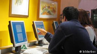 Молодые люди в интернет-кафе