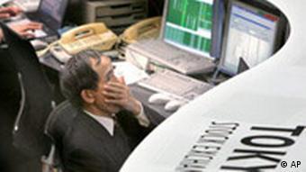 Banker vor Bildschirmen an der Tokioter Börse (Foto: AP)