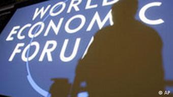 Schweiz Wirtschaft Weltwirtschaftsforum in Davos Schatten über Logo