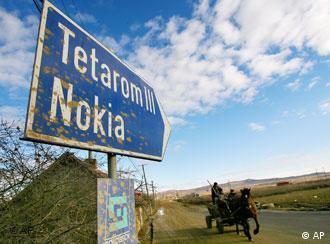 Ein Wegweiser zum Nokia-Werk in Rumänien, im Hintergrund ein Eselskarren (Foto: apn)