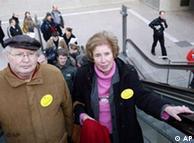 Serge y Beate Klarsfeld llegando a Potsdamer Platz, a la inauguración de la exposición