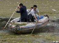 Zwei Männer versuchen, den verschmutzten Jangtse-Strom zu säubern (Archiv, Quelle: AP)