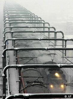 暴风雪中的春运列车