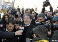 Romano Prodi rodeado de periodistas, poco después de haber anunciado su dimisión.