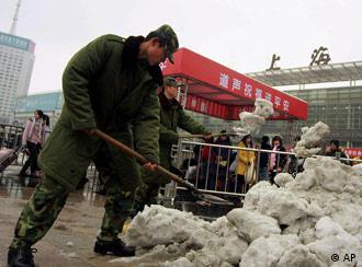 军队在上海火车站前清雪