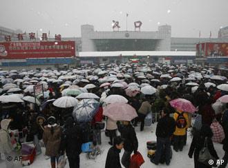 雪灾让许多中国人难以回家过年
