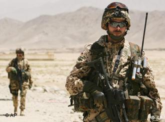 Deutscher, bewaffneter Soldat in Afghanistan (Foto: AP)
