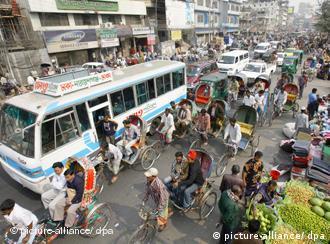 Menschen drängen sich vor blauem Bus (Foto: dpa)