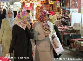Dvije žene hodaju bazarom u Istanbulu