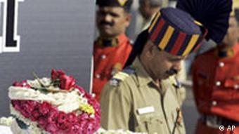 Polizisten halten an der Urne Wache, Quelle: AP