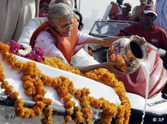Neelam Parikh verstreut Gandhis Asche, Quelle: AP