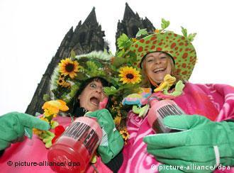 Zwei Frauen in bunten Kostümen – im Hintergrund der Kölner Dom