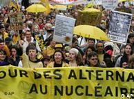 فرانس ميں تحفظ ماحول کے حاميوں کا ايٹمی توانائی کے خلاف مظاہرہ