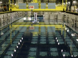 The pool storage area where spent nuclear fuel tanks are unloaded in baskets, and placed under 4 meters of water to lower their temperature, as part of the treatment of nuclear waste, is seen at the Areva Nuclear Plant of La Hague, near Cherbourg, western France, Tuesday, Dec. 18, 2007. Silent and sealed in steel cylinders thrust underground, 15 years worth of high-level nuclear waste from the world's most nuclear-energized nation lie in wait beneath a jutting tip of Normandy. (AP Photo/Francois Mori)***Zu Noll, Der fliegende Atomhändler - Sarkozy will Frankreichs Atomtechnologie weltweit vermarkten***