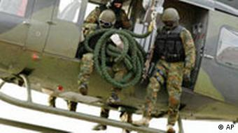 Soldiers show an exercise leaving a helicopter on a rope
