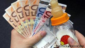 Купюры евро и молочная бутылочка в руке