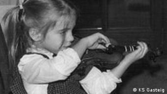 Julia Fischer as a child, playing the violin