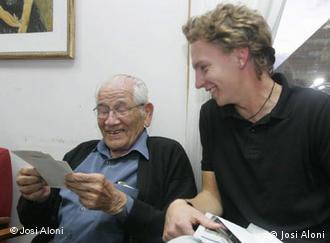 Ein junger Mann spricht mit einem alten Mann