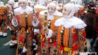 Bunt kostümierte 'Gillles' beim Karneval im belgischen Binche, der zum immateriellen Weltkulturgut gehört