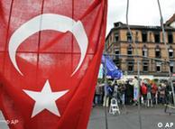Bandera turca frente al edificio incendiado, en Ludwigshafen.