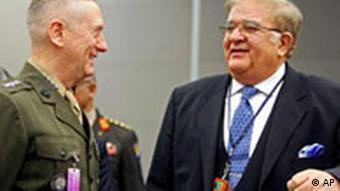 وردک، وزیر دفاع افغانستان (سمت راست): بازسازی و گسترش ارتش یکی از موفقیتهای سه سال اخیر بوده است