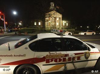 Ein Polizeiwagen vor dem Rathaus in Kirkwood, 2.2.2008, (Quelle: AP)