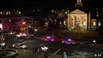 Polizei umringt die Szene des Amoklaufs rund um das Rathaus in Kirkwood, Missouri, 7.2.2008, (Quelle: AP)