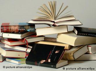 Verschiedene Bücher übereinander gestapelt, aufgeschlagen (Foto: Mike Wolff)