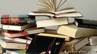 Verschiedene Bücher übereinander gestapelt (Foto: dpa)