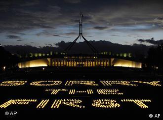 Windlichter formen die Wörter 'Sorry ist der erste Schritt' vor dem Parlament in Canberra, Australien, 11.2.2008, (Quelle: AP)