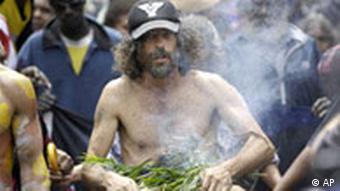 Aborigines feiern mit der traditionellen Rauchzeremonie die Entschuldigung der Regierung, 12.2.2008, (Quelle: AP)