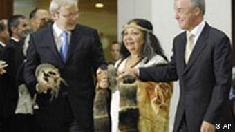 Uhreinwohnerin Matilda House zwischen Premierminister Kevin Rudd (l.) und Oppositionsführer Brendan Nelson bei der Eröffnung der neuen Sitzungsperiode im Parlament in Canberra am 12.2.2008. (Quelle: AP)