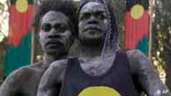 Aborigines führen ihre traditionellen Farben auf der Wiese vor dem Parlament in Canberra vor, 11.2.2008, (Quelle: AP)