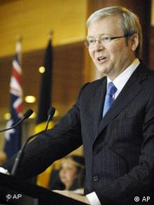 Australian Prime Minister Kevin Rudd speaks at the Aboriginal Welcome to Country ceremony on the opening day of Federal Parliament in Canberra Tuesday, Feb. 12, 2008. Aborigines in white body paint danced and sang traditional songs in Australia's national Parliament on Tuesday in a historic ceremony many hoped would mark a new era of race relations in the country. (AP Photo/Mark Graham)***Zu Musch-Borowska, Australien entschuldigt sich bei seinen Aborigines***
