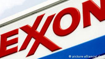 (FILE) A file picture dated 27 July 2006 shows a Exxon logo at an Exxon station in Brooklyn, New York, USA. Exxon Mobil Corp. on 01 February 2008 posted the largest annual profit by a US company, 40.6 billion US dollars (27.2 billion euro) as the world's largest publicly traded oil company benefited from historic crude prices at year's end. EPA/JUSTIN LANE +++(c) dpa - Bildfunk+++***Zu Polansky, Exxon-Mobil schlägt zurück - Auslandsgelder des venezoelanischen Ölkonzerns eingefroren***