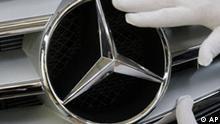 ** ARCHIV ** Ein Mercedes-Benz-Mitarbeiter poliert am 25. Januar 2008 in der Lackkontrolle des Werks Sindelfingen mit Stoffhandschuhen den Stern am Kuehlergrill eines C-Klasse Mercedes. Autobauer Daimler legt am Donnerstag, 14. Feb. 2008, seine Bilanz fuer 2007 vor. (AP Photo/Thomas Kienzle) --- ** FILE ** An employee of German car producer Mercedes-Benz polishes the star on the on the grill of a C-class Mercedes-Benz on the varnish control point of the production line in the plant in Sindelfingen near Stuttgart, Germany, Friday, Jan. 25, 2008. (AP Photo/Thomas Kienzle)