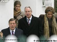 Klaus Zumwinkel (medio) sale de su casa en compañía de su abogado (izq.).
