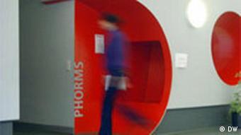 Phorms: eine Art Privatschulen-Kette. Eine Schülerin läuft über den Schulgang (Foto: DW)