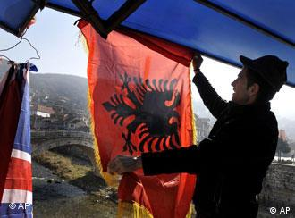 Albanska zastava s crnim dvoglavim orlom