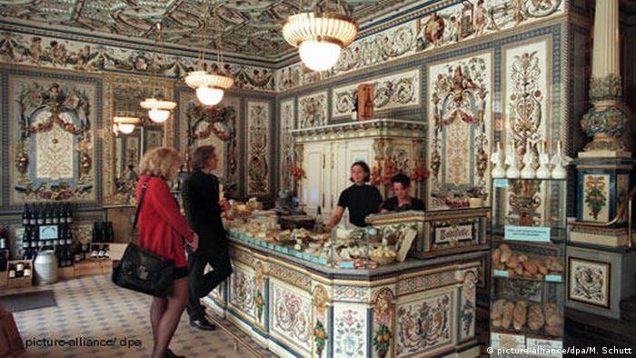 La Lechería Pfund, fundada en 1879, es considerada la más bella del mundo, tanto que figura en el Libro Guinness de los Récords 1998. Está ubicada en la Bautzner Strasse 79 de Dresde, considerada uno de los más populares destinos, con su casco antiguo, la iglesia Frauenkirche, el edificio de la ópera Semperoper y el Zwinger, un palacio barroco.