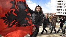 Kosovo bereitet Unabhängigkeit vor Flagge Frau auf der Straße