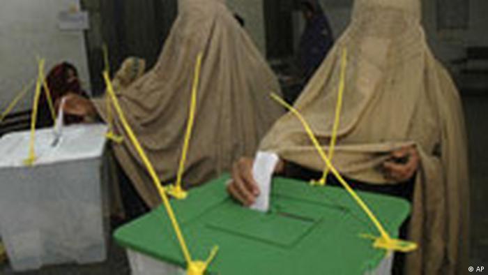 Frauen, die Burka tragen, gaben ihre Stimmen bei den Parlamentswahlen in Pakistan ab.  (AP)