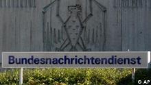 *** Gräßler, Diskussion um Zumwinkel-Affäre weitet sich aus - Steuerskandal in Deutschland *** ** ARCHIV ** Logo vor der Zentrale des Bundesnachrichtendienstes am 17. Oktober 2003 in Pullach bei Muenchen. Das Bundesfinanzministerium hat in der Steueraffaere den Ankauf von Daten durch den Bundesnachrichtendienst verteidigt. Es gebe deswegen kein Unwohlsein in der Bundesregierung, sagte Ministeriumssprecher Torsten Albig am Montag, 18. Februar 2008, in Berlin. Die Abwaegung habe dafuer gesprochen, die Chance zur Strafverfolgung von einer Vielzahl von Kriminellen zu nutzen. Dieser Staat ist wehrhaft und er wehrt sich, sagte er. Wuerde der Staat nicht alle Moeglichkeiten nutzen, waere er in seiner Wehrhaftigkeit geschwaecht. (AP Photo/Diether Endlicher) --- ** FILE ** A view to the sign outside the wall at the entrance of the German Intelligence Service 'Bundesnachrichtendienst', BND, in Pullach, near Munich, in an Oct. 17, 2003 file photo. (AP Photo/Diether Endlicher)