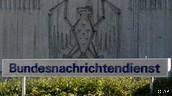 Logo vor der Zentrale des Bundesnachrichtendienstes BND