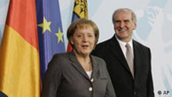 Chancellor Merkel (l) and Liechtenstein's Prime Minister Hasler
