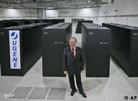 Thomas Lippert vor Telefonzellengroßen Schränken, in denen der Supercomputer JUGENE untergebracht ist