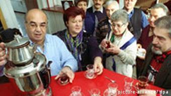 Группа пожилых жителей ФРГ турецкого происхождения у самовара