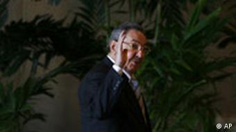 Kuba Präsident Raul Castro vor einem Treffen mit Kardinal Tarcisio Bertone